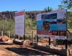 Em Piraputanga, maior museu a céu aberto recebe placas de informações turísticas