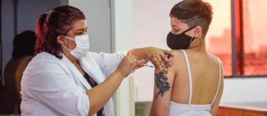 Governo recomenda suspensão de vacinação contra Covid de jovens sem comorbidades