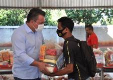 O Secretario de Educação acompanha entrega do Kit Merenda
