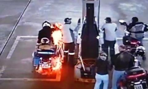Moto pega fogo enquanto motociclista abastece em posto de gasolina em Nioaque