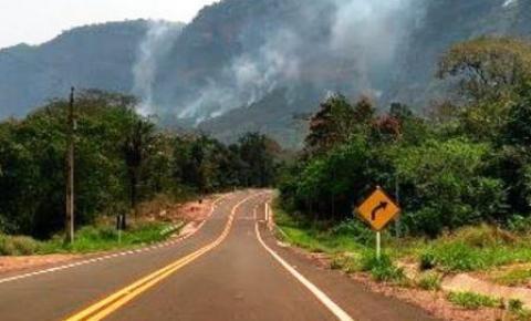 Com tempo seco, incêndio atinge morro no distrito de Piraputanga