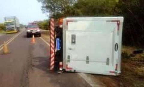 Dia de sorte: Caminhão frigorífico tomba na BR-262 e condutor sai ileso