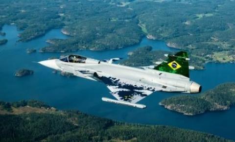 Primeiro caça sueco Gripen chega ao Brasil