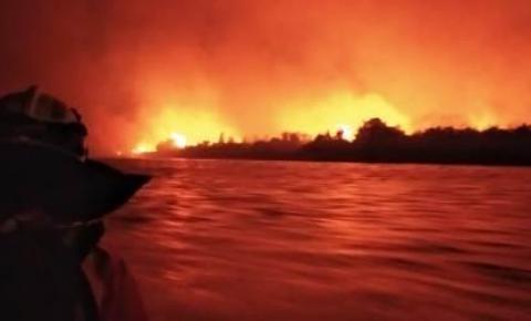 Vídeo: Fogo avança em direção a casas e escola e famílias ribeirinhas são evacuadas