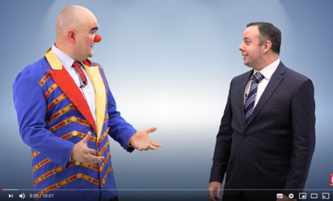 Canal do YouTube viraliza mostrando um palhaço e um executivo conversando sobre comunicação e liderança