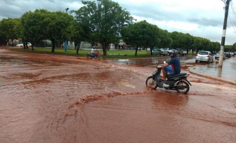 Vídeo: Chuva alaga ruas e causa transtornos em Dois Irmãod do Buriti
