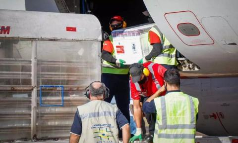 Doses de imunizantes contra a Covid-19 aterrissaram em Campo Grande nesta segunda