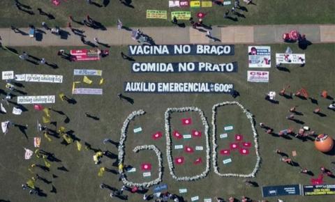 Ato das centrais sindicais, em Brasília, pede manutenção do auxílio de 600 reais para a população