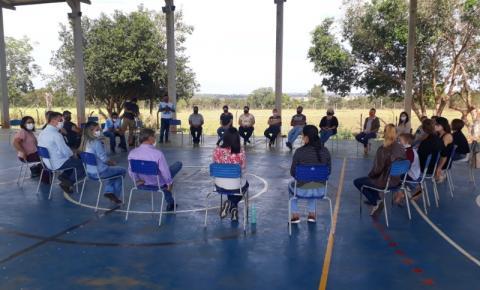 Secretario de educação recebe professores da ufms no assentamento Marcos Freire.