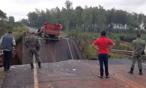Dois morrem e três ficam feridos em queda de ponte na fronteira