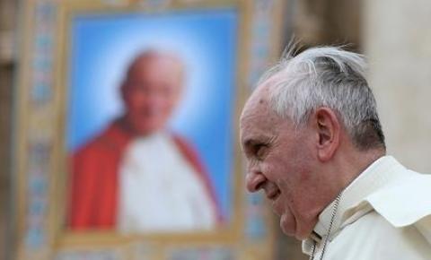 Mesmo em recuperação, papa celebrará missa de domingo no hospital