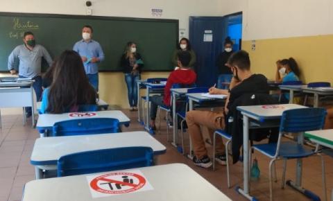 O Secretário de Educação Eder Aguiar Viana , em visita as Escolas da Rede Municipal de Ensino.